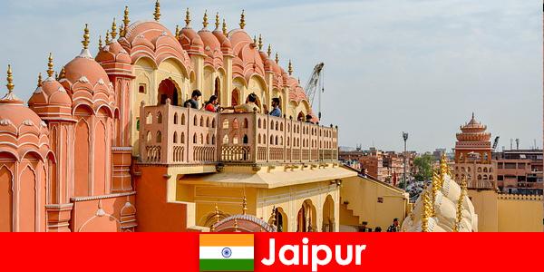 Indrukwekkende paleizen en de nieuwste mode zijn te vinden door toeristen in Jaipur, India