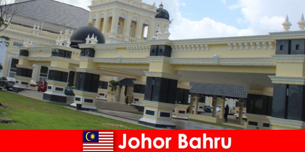 Johor Bahru de stad aan de haven trekt niet alleen gelovigen naar de oude moskee maar ook toeristen